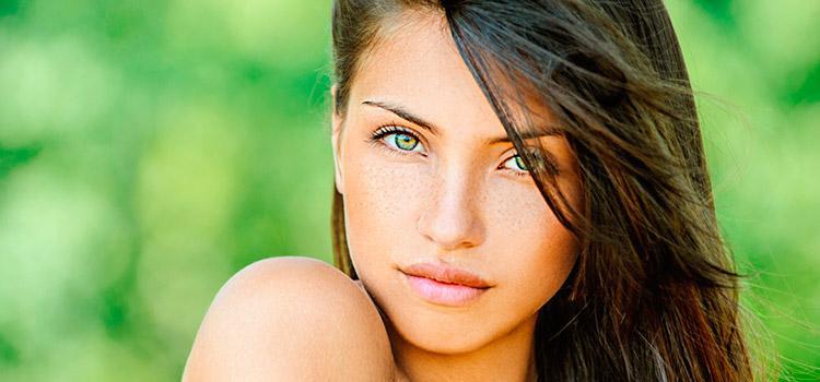 На данном фото приведен пример естественного макияжа для глаз. Тени <u>правильное нанесения макияжа на глаза</u> не применяются