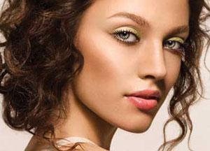 Простой макияж для зеленоглазой шатенки