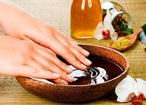Перед тем как делать классический обрезной маникюр нужно подержать ногти в ванночке для смягчения кутикулы