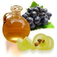 Косметическое масло из виноградных косточек хорошо помогает против воспаления кожи