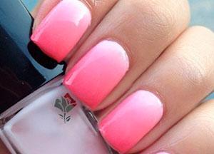 Розово-белый омбре на ногтях